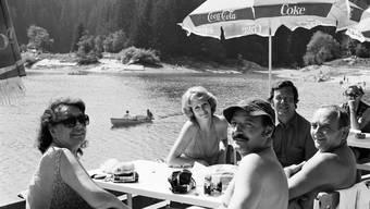 Margrit Rainer (erste von links) und Inigo Gallo (dritter von links) auf Tournee am 28. August 1976 am Caumasee in Flims.