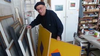 Im Atelier widmet sich Willi Schoder seinen ungegenständlichen, geometrischen Bildern: Linien, Flächen, Kreise, Punkte. Ari