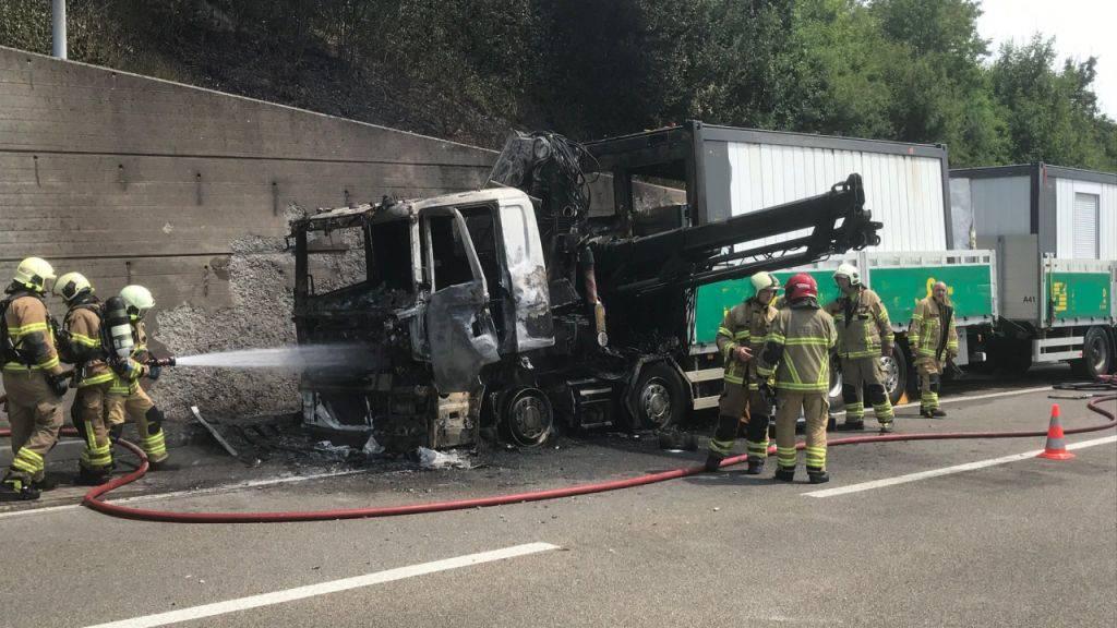 Die Führerkabine des Anhängerzugs geriet in Brand. Die Feuerwehr war rasch zur Stelle.