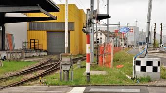 Bei der Henz AG unterstösst die neue Fernwärmeleitung die Gränicherstrasse und folgt dann weiter der SBB-Linie in Richtung Oberentfelden bis zum Emmi-Komplex.