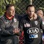 Gashi erhält vor seinem FCA-Debüt gegen Kaiserslautern letzte Anweisungen von Trainer Rahmen