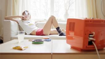 Alleine auf dem Sofa lümmeln und selber   bestimmen, was über den Fernseher flimmert: Auch immer mehr junge Menschen leben ohne Mitbewohner in den eigenen vier Wänden.