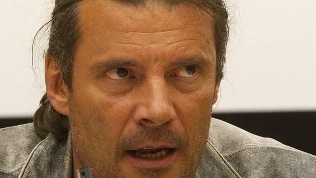 Oskar Freysinger sagt, Tortenwürfe gehörten zur Demokratie (Archiv)