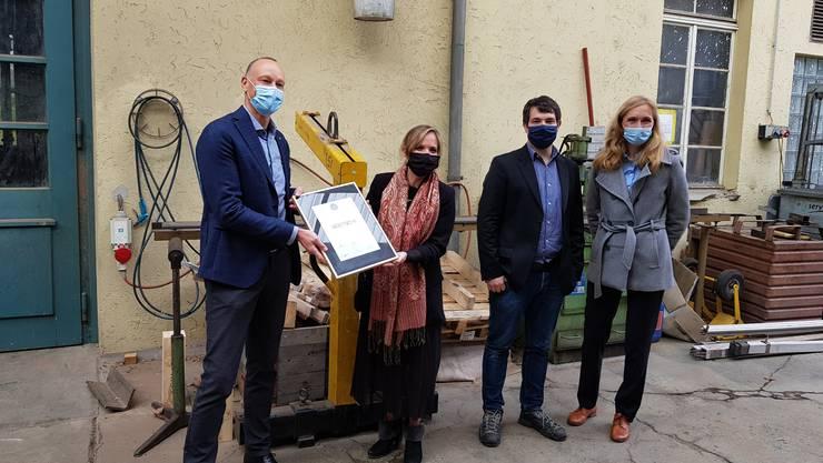 Im Bild, v.l.: René Spielmann (Geschäftsführer H. Rüetschi AG), Carla Kaufmann (Initiatorin Phoenix Award und der Initiative Nachfolgebus.ch), Jari Putignano (Mitglied Geschäftsleitung), Christine Kramer (Mitglied Geschäftsleitung).