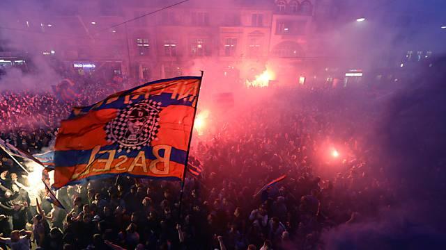 Fans feiern friedlich ihren FCB auf dem Barfüsserplatz