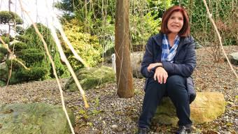 Baut Brücken zwischen Menschen völlig unterschiedlicher Gesellschaftsschichten: Hélène Vuille in ihrem Garten in Birmensdorf.
