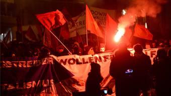 Parallelen zur Ultrabewegung: Der Schwarze Block demonstrierte 2014 in Basel mit Fahnen und Bengalen gegen die OSZE.