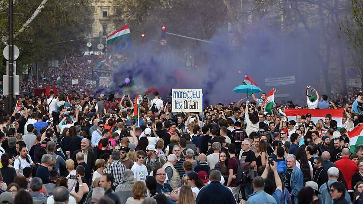 """Unter dem Motto """"Wir sind die Mehrheit"""" verlangten die Demo-Teilnehmer eine Neuauszählung der Stimmen bei der Parlamentswahl am 8. April. Zudem forderten sie eine Änderung des Wahlrechts und die Sicherung der Pressefreiheit."""