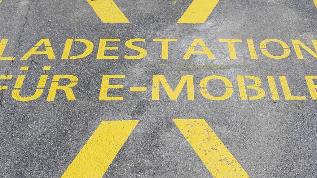 Für 1 Million Franken will der Kanton Zug seine Gebäude mit Ladestationen für Elektroautos aufrüsten. (Symbolbild)