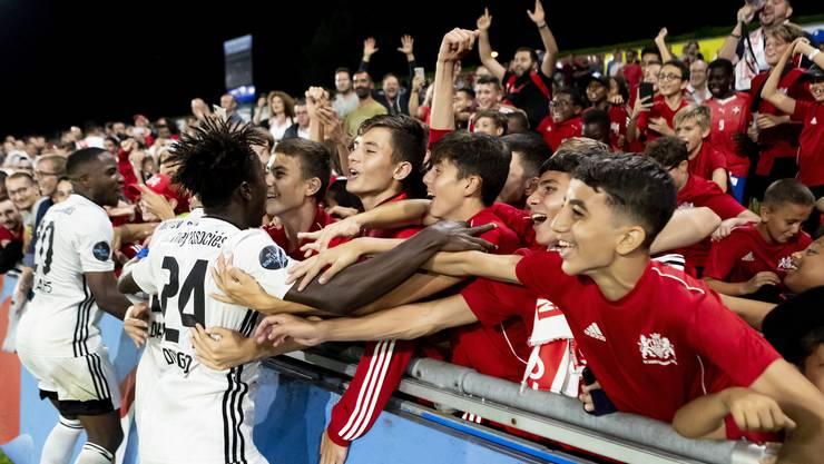 FC Stade-Lausanne-Ouchy - FC Lausanne-Sport; Dylan Tavares (Lausanne-Ouchy, L) und Roland Etienne Ndongo (Lausanne-Ouchy, M) jubelt nach dem Spiel mit Fans (Pascal Muller/freshfocus)