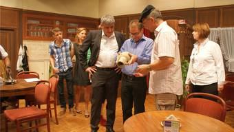 Gemeindepräsident, Vizepräsident und Archäologe (vorne, von links) begutachten die gefundene Vase. sibylle Haltiner
