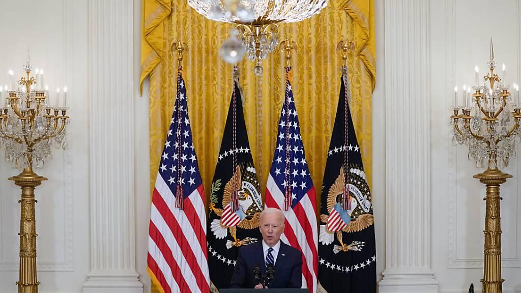US-Präsident Joe Biden spricht während seiner ersten formellen Pressekonferenz im East Room des Weißen Hauses. Foto: Evan Vucci/AP/dpa