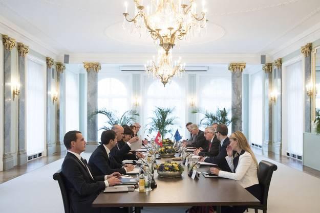 23. November 2017, Bern: EU-Präsident Jean-Claude Juncker (rechts in der Mitte) spricht mit Bundespräsidentin Doris Leuthard und den Bundesräten Alain Berset und Ignazio Cassis.