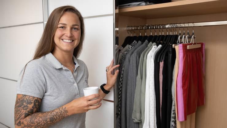 Ramona Wenger aus Oensingen ist Ordnungscoachin und zeigt uns ihren Kleiderschrank. Bei ihr zu Hause sei stets so aufgeräumt, dass jederzeit Besuch vorbeischneien könnte, erzählt sie.