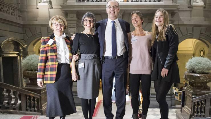 Der neu gewählte Bundesrat Guy Parmelin (Mitte) posiert mit Schwiegermutter Maria Merotto, Ehefrau Caroline, Schwester Valerie Cottet und Nichte Lauren Cottet.