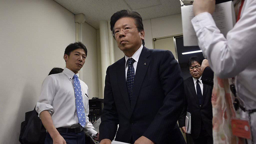 Mitsubishi-Präsident Tetsuro Aikawa vor der Pressekonferenz, an der er Manipulationen eingestand. Die Behörden führten nun Hausdurchsuchungen durch.