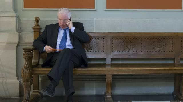 Nationalrat Christoph Blocher telefoniert im Bundeshaus - wohl nicht mehr lange (Archiv)