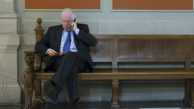 Nationalrat Christoph Blocher telefoniert im Bundeshaus (Archiv)