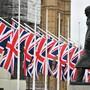 """ARCHIV - Die Winston-Churchill-Statue und die britischen Flaggen auf dem Parliament Square. (zu dpa """"EU sieht keine Chance mehr für längere Brexit-Übergangsphase"""") Foto: Dominic Lipinski/PA Wire/dpa"""