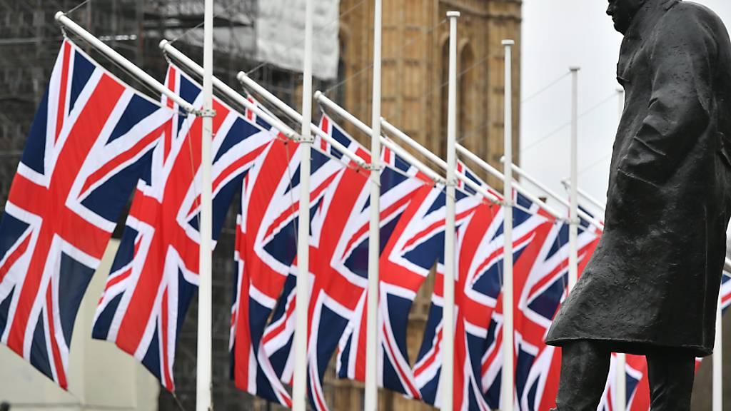 Churchill-Statue in London sicherheitshalber verkleidet