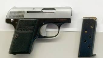 Die Grenzwächter finden in Kaiserstuhl diese Pistole im Handschuhfach eines Autos.