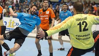 Marcel Hess von Pfadi (l.) gegen Kadetten-Goalie Arunas Vaskevicius
