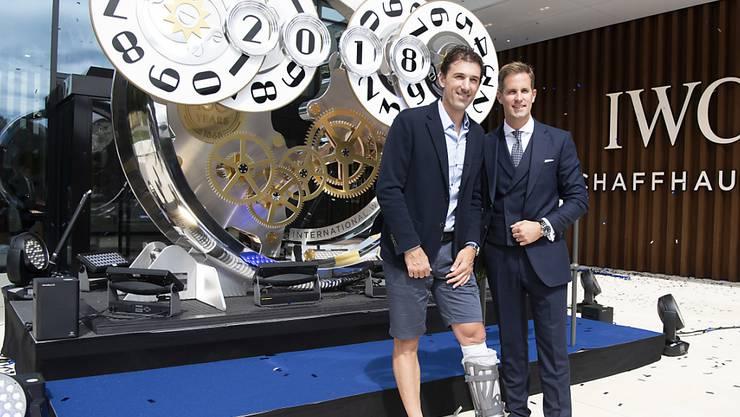 Der Luxusuhren-Hersteller IWC ist optimistisch: Im Bild feiert Velolegende Fabian Cancellara (links) mit IWC-CEO Chris Grainger die Eröffnung der neuen Manufaktur am Montag in Schaffhausen.