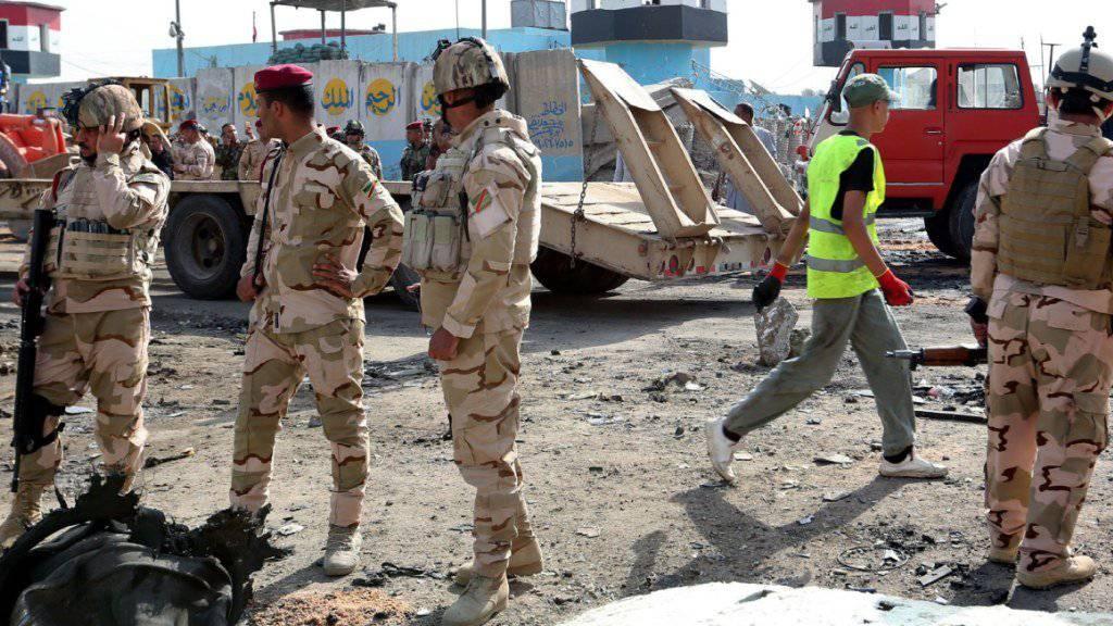 Irakische Sicherheitskräfte am Ort des Anschlags in Bagdad.