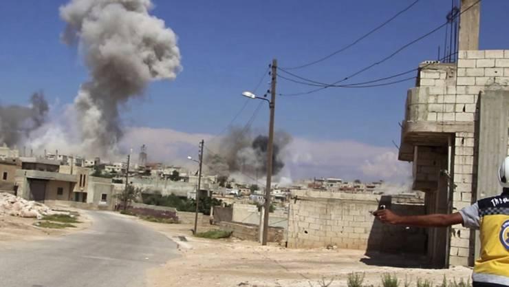 Luftschläge in der Nähe von Idlib: Ein ziviler Helfer im Dorf Hobeit.