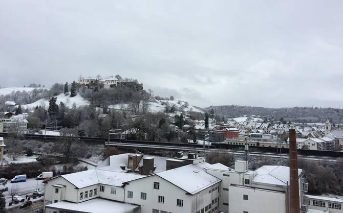 Die verschneite Lenzburg am Mittwochmorgen.