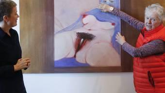 """Die Künstlerin Miriam Cahn (rechts) spricht im Kunstmuseum Bern mit der Kuratorin Kathleen Bühler über das Gemälde """"L'origine du monde schaut zurück"""". Es ist Teil der Ausstellung """"Ich als Mensch"""", die vom 22. Februar bis 16. Juni 2019 dauert."""