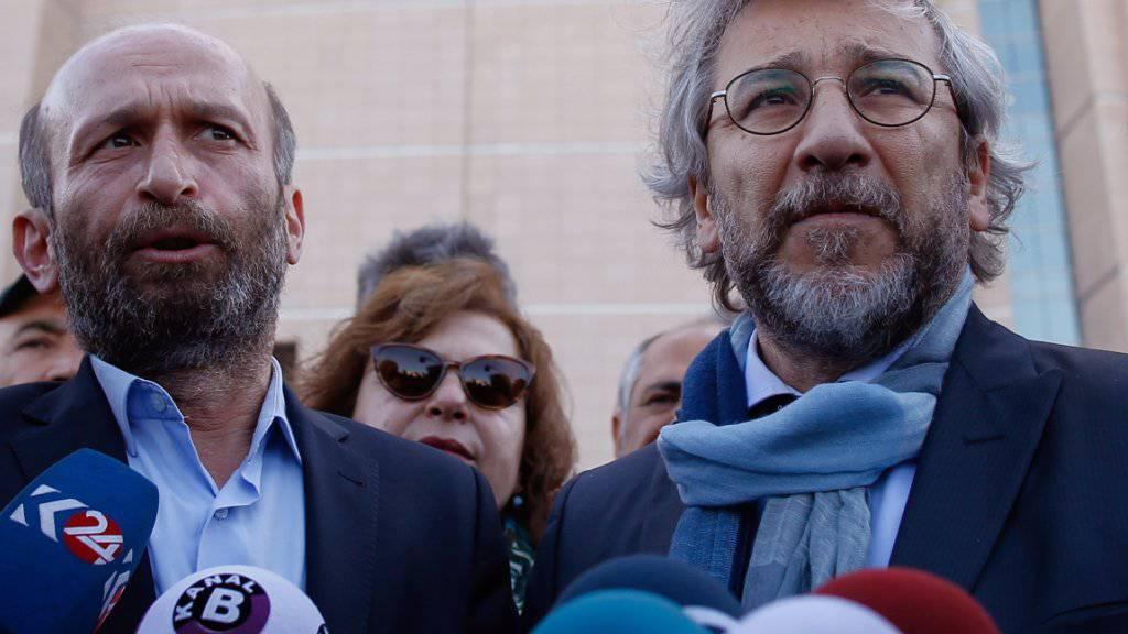 «Cumhuriyet»-Chefredakteur Can Dündar (rechts) zeigte sich überzeugt, dass er und Erdem Gül (links) freigesprochen werden.