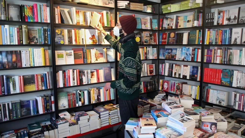 Das Coronajahr hat Deutschschweizer Buchhandlungen und -verlage unterschiedlich getroffen: Während die Läden ihre Umsätze gehalten haben, bleiben die Verlage auf ihren Neuerscheinungen sitzen. (Archivbild)