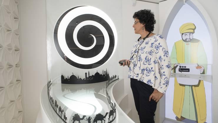 Stolz auf die wissenschaftlichen Errungenschaften der islamischen Welt: Die jemenitisch-schweizerische Forscherin Elham Manea im neuen Islammuseum in La Chaux-de-Fonds.