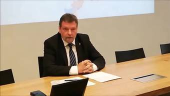 Roland Heim spricht nach dem knappen Nein zur Steuervorlage an einer Medienkonferenz