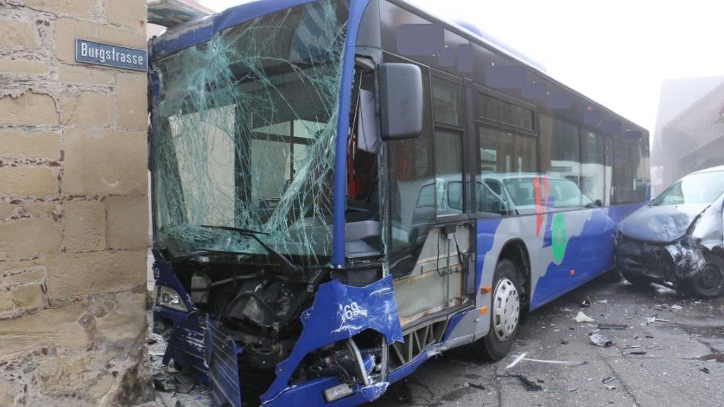 Nach der Kollision mit einem Lieferwagen prallte ein Linienbus der Verkehrsbetriebe Zürichsee und Oberland in Uster gegen eine Hausmauer.