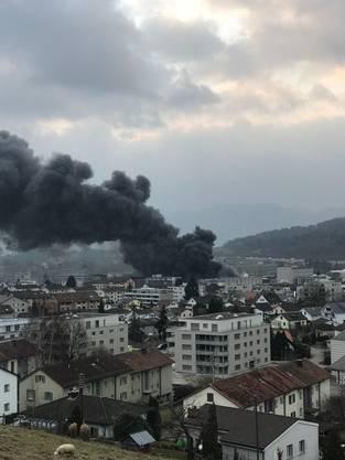 Später griff das Feuer auch auf ein Gebäude über.