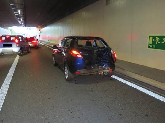 Durch das beschlagen der Frontscheibe übersah er den Rückstau im bereich des Tunnel-Portals und kollidierte mit dem voranfahrenden Auto.