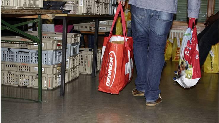Jeden Freitagabend können ärmere Menschen im katholischen Kirchgemeindehaus in Pratteln Lebensmittel beziehen.