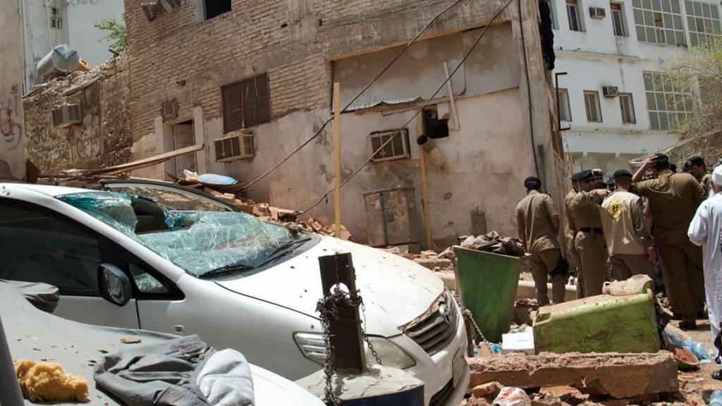 Saudische Sicherheitskräfte haben in der Nähe des heiligen Ortes Mekka einen grösseren Anschlag vereitelt - allerdings sprengte sich ein Selbstmordattentäter in die Luft.