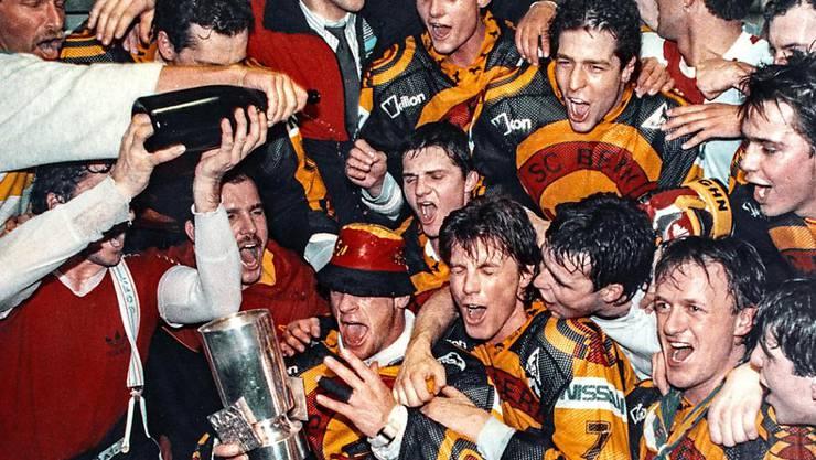 Nach dem 4:2-Sieg im fünften und entscheidenden Playoff-Finalspiel in Lugano feiern die Spieler des SC Bern 1989 den Meistertitel