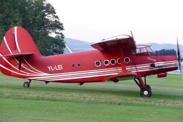 Die An-2 rollt zum Start auf Piste 34 in Buttwil LSZU zum Rückflug ins Birrfeld