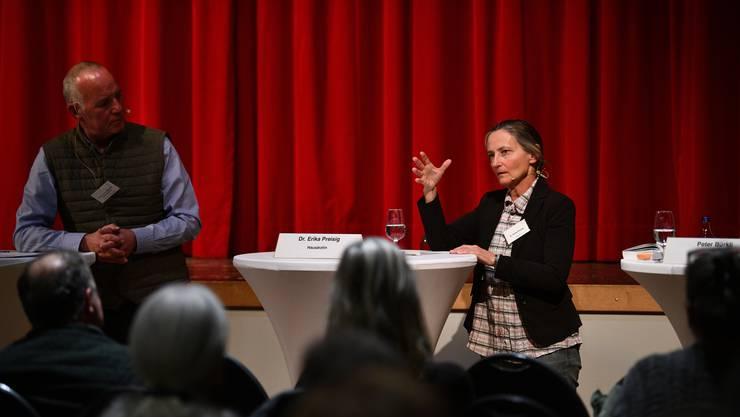 Am Podium in Münchenstein hörten über 100 Menschen zu, was Erika Preisig zum Thema Sterbehilfe zu sagen hatte.
