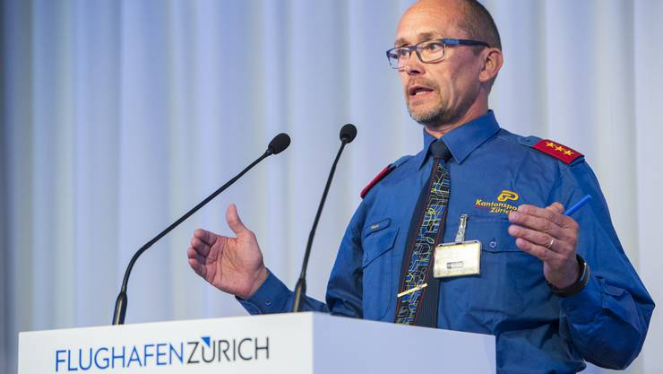 Hptm Fritz Marti, Chef Kontrollabteilung Flughafenpolizei, spricht waehrend der Medienkonferenz zu den veraenderten Sicherheitskontrollen ab 1