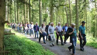 Eine beachtliche Schar von Waldverbundenen Menschen hat sich in Reitnau eingefunden.