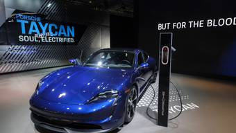Der elektrische Porsche Taycan - hier an einer Automesse in Los Angeles - kommt bei den Kunden besser an als erwartet. (Archivbild)