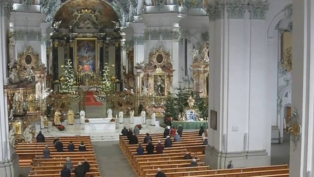 Nur rund zwei dutzend Gläubige vor Ort: Vorgezogene Mitternachtsmesse in der Kathedrale in St. Gallen.