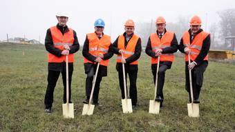 Spatenstich mit (von links) Luterbachs Gemeindepräsident Michael Ochsenbein, Walter Wirth CEO AEK onyx, Werner Sturm, Geschäftsführer Arnold, Ronald Trächsel, BKW, und Roland Küpfer, BKW.