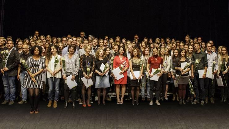 Die gefeierten Bachelors und Masters auf der Bühne des Stadttheaters Olten.