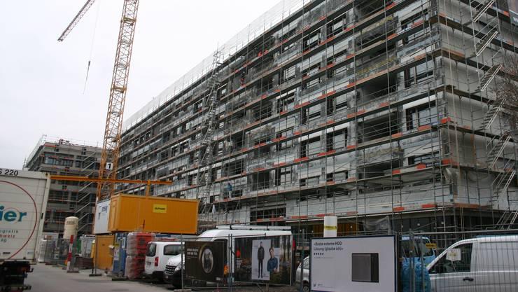 Die Wohnungen der SBB in der Überbauung «Am Bahnhof Schlieren» sind in einem Jahr bezugsbereit – es lässt sich leben in einem Gebäude mit Postfiliale, Fitnesscenter und Grossverteiler. Offen hingegen ist, ob der Platz davor zur Begegnungszone wird.